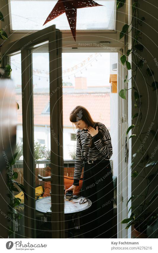 dunkelhaarige Frau auf Balkon stehend Erwachsener attraktiv schön Fotokamera sorgenfrei lässig Kaukasier heiter schick niedlich elegant Weiblichkeit Mädchen