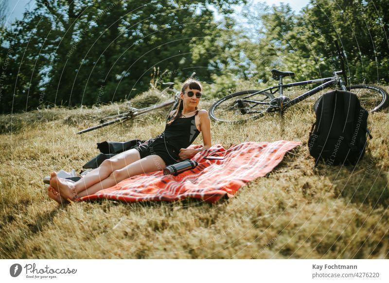 Junge Frau entspannt sich auf einem Feld Erwachsener attraktiv schön Fahrrad Decke sorgenfrei lässig Kaukasier heiter schick Kühlung niedlich elegant Brille