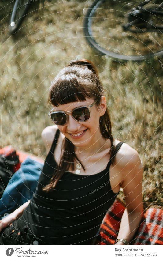 junge Frau lächelt in die Kamera Erwachsener attraktiv schön sorgenfrei lässig Kaukasier heiter schick niedlich elegant Brille Weiblichkeit Mädchen traumhaft