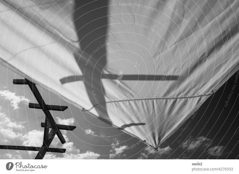 Spanne Schutzdach Zeltdach Kunststoff Zeltplane Abdeckung wetterfest Baldachin Außenaufnahme Detailaufnahme Licht Schatten Strukturen & Formen Himmel Wolken