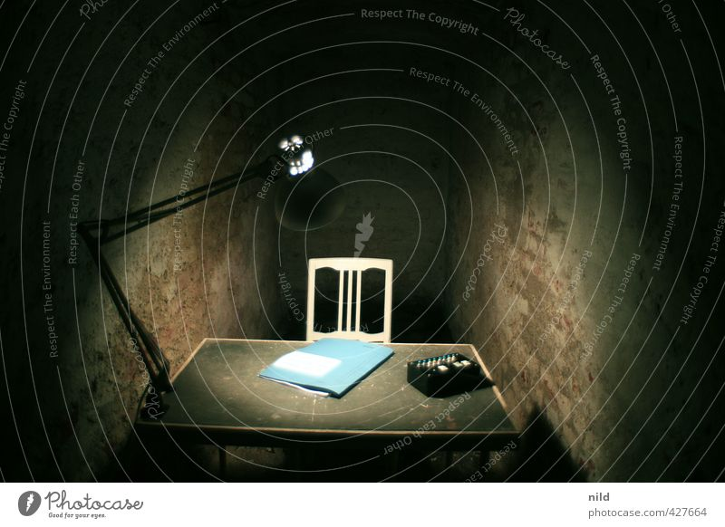 Verhörzimmer – Making of Alkaline blau Einsamkeit dunkel Gefühle Innenarchitektur grau Stein Lampe Stimmung Angst dreckig Büro trist Dekoration & Verzierung bedrohlich Stuhl