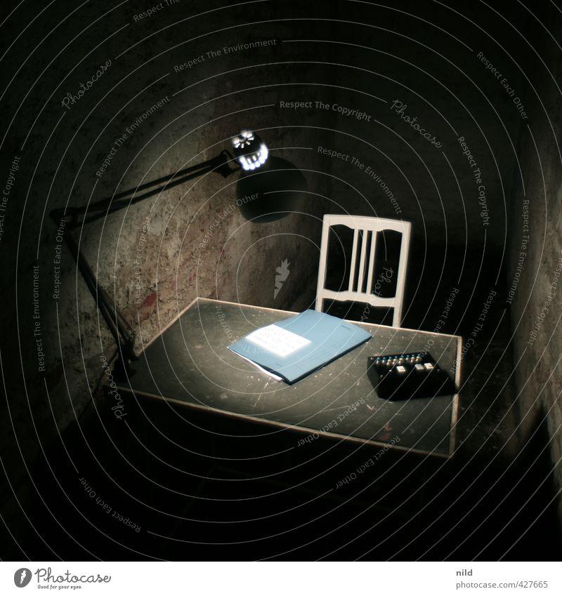 Verhörzimmer – Making of Alkaline blau schwarz dunkel kalt Innenarchitektur Lampe Büro Häusliches Leben Stuhl gruselig Schreibtisch Aktenordner einrichten Keller ungemütlich