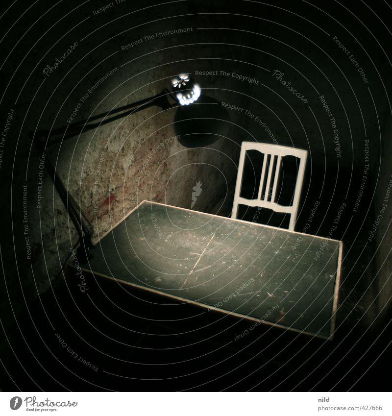Verhörzimmer – Making of Alkaline Keller Tisch Stuhl Lampe Schreibtischlampe dunkel gruselig Gefühle Stimmung Ordnungsliebe Angst Vernehmung karg kalt Farbfoto