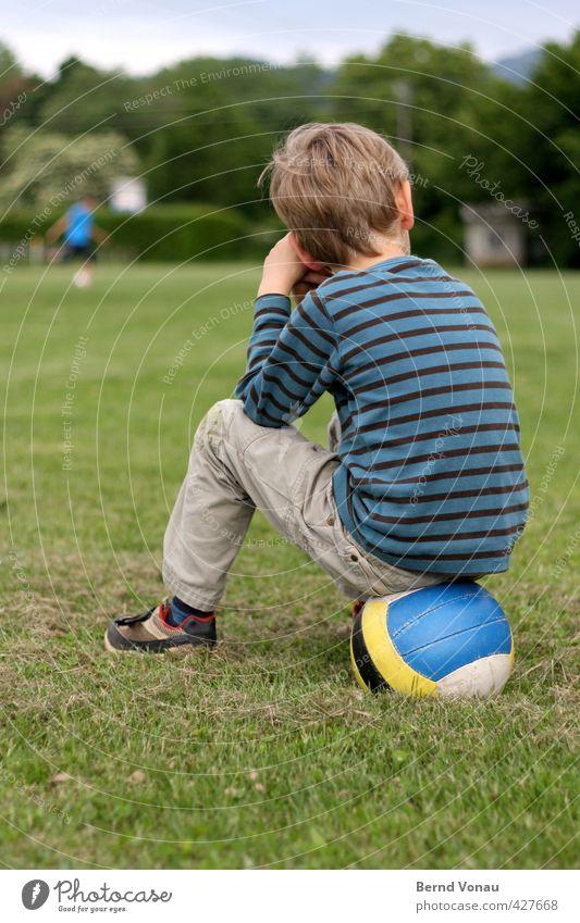 Halbzeit Mensch Kind blau grün weiß gelb Sport Gras Junge grau maskulin Kindheit sitzen warten Pause Rasen