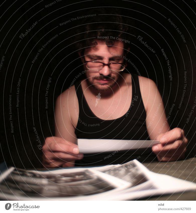 Fotos sichten – Making of Alkaline Mensch Jugendliche schwarz Erwachsene Junger Mann 18-30 Jahre maskulin Fotografie Brille T-Shirt wählen Oberlippenbart Krimi Dreitagebart Zweifel Verhörfolter