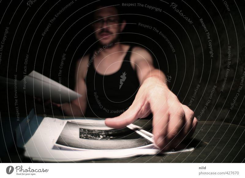 Fotos sichten – Making of Alkaline Mensch maskulin Junger Mann Jugendliche Hand 1 18-30 Jahre Erwachsene T-Shirt Oberlippenbart Aktenordner Schriftstück