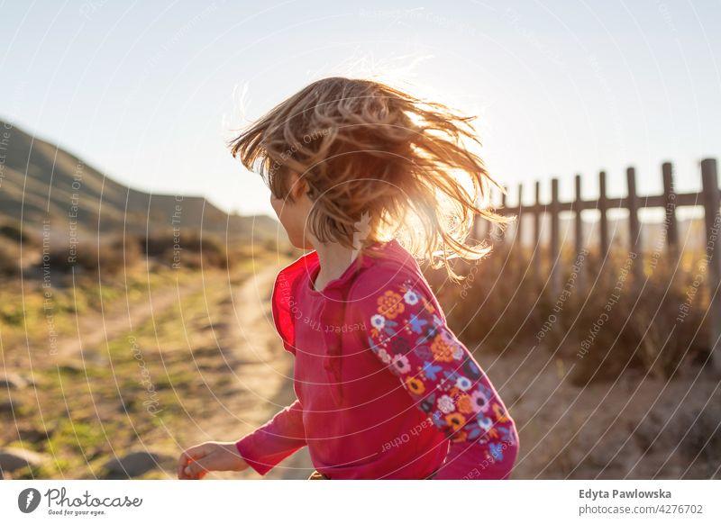 Kleines Mädchen läuft durch die spanische Landschaft, Rambla del Playazo, Cabo de Gata - Naturpark Nijar, Spanien Nationalpark Spanisch Andalusia iberisch