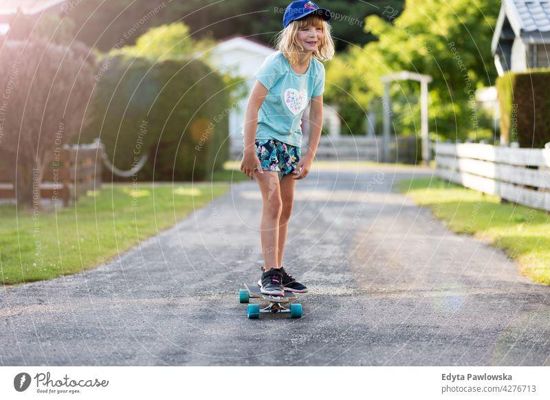 Kleines Mädchen skateboarding in Campingplatz, Texel, Holland Skateboard MEER Familie Menschen Kinder Skateboarding holländisch Europa Niederlande im Freien