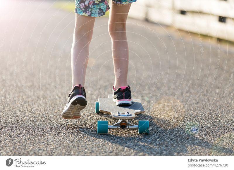 Kleines Mädchen skateboarding in campingplatz Skateboard Texel MEER Camping Campingplatz Familie Menschen Kinder Skateboarding holländisch Europa Niederlande