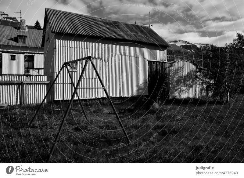 Island Haus Wellblech Wellblechwand Wellblechhütte Wellblechfassade Schaukel Licht Schatten Wiese Gebäude Strukturen & Formen Fassade Schwarzweißfoto Garten