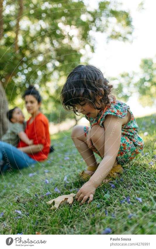 Kind spielt im Park mit Familie Mädchen 1-3 Jahre 3-8 Jahre Familie & Verwandtschaft Geschwister Spielen Junge Tag Mensch Kleinkind Kindheit Farbfoto