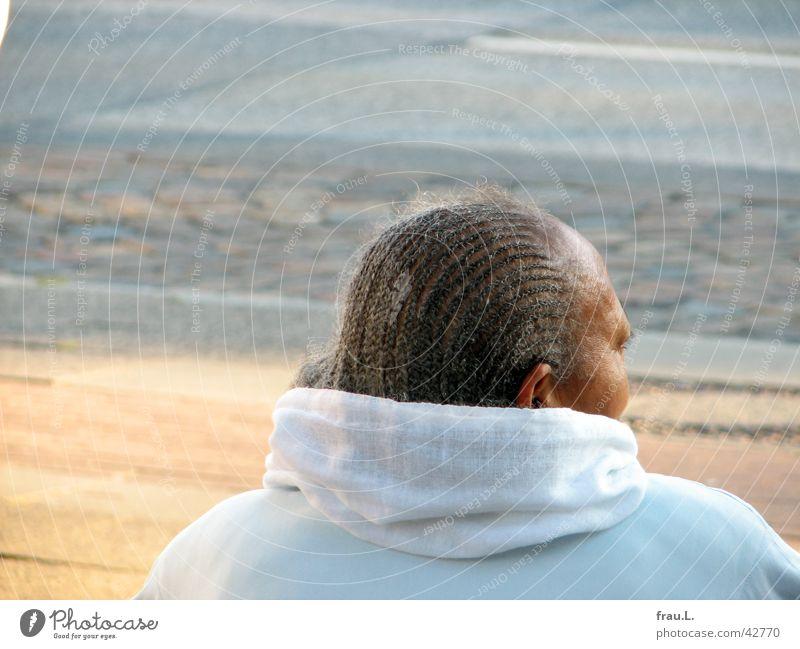 auf den Bus warten Frau grau Bushaltestelle Haare & Frisuren Porträt Zopf Senior Mensch Falte Tuch Straße Weiblicher Senior