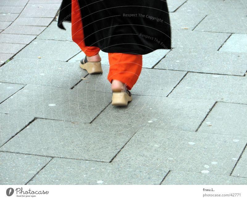 orange Hose Frau Mensch Islam Fuß Schuhe gehen Bekleidung Bürgersteig Moslem Wege & Pfade