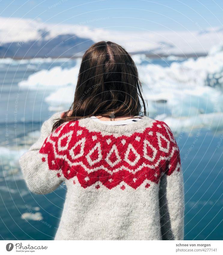 weitblick island pullover frau sicht eis eissee wasser blau grün Gletscher Frost Farbfoto Eisberg Natur Gletscher Vatnajökull Lagune Himmel Landschaft