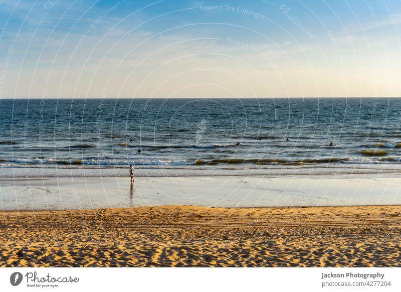 Surfer trainieren ihre Fähigkeiten im Meer mit ihrem Trainer am Strand Sport Textfreiraum Trainerin Algarve algarve küste algarve portugal winken blau