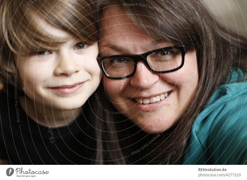 Mutter mit ihrem Sohn Selfie Kind Zusammensein Familie & Verwandtschaft Blick in die Kamera Kindheit Liebe Frau Glück Lebensfreude Porträt Zentralperspektive