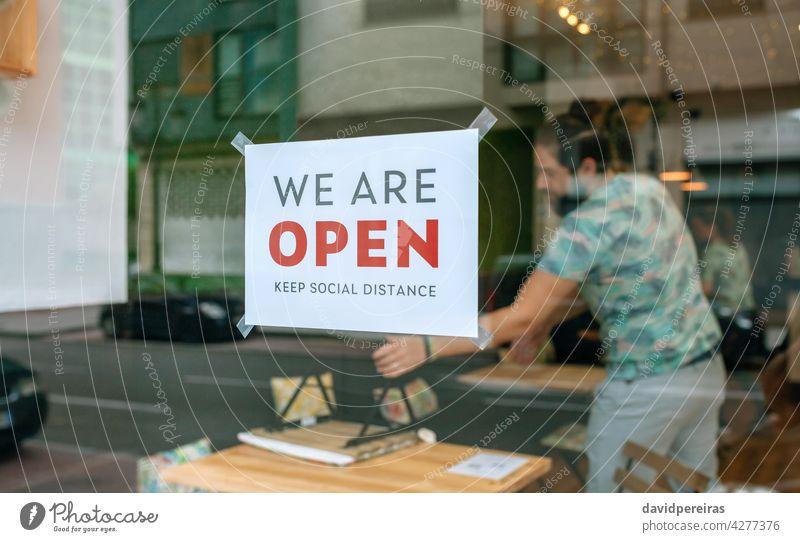 Plakat zur kommerziellen Wiedereröffnung nach Coronavirus Zeichen kartell wir sind offen soziale Distanz wahren Arbeitnehmer Platzierung Tische Stühle covid-19