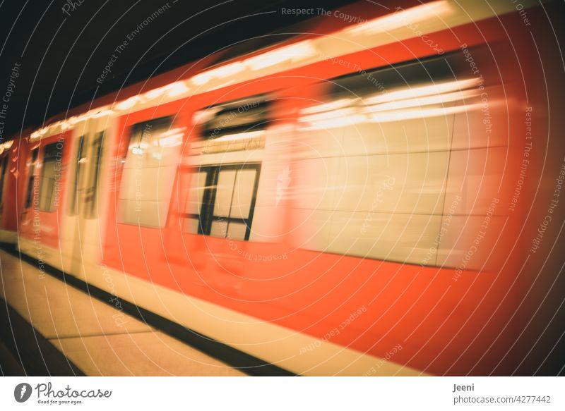 Schnell noch die S-Bahn zur Arbeit erwischen   einfahrende oder ausfahrende S-Bahn in einer Stadt S-Bahnhof S-Bahn Station rot Zug Einfahrt einfahrender Zug