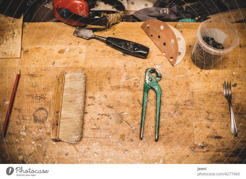 Alles hat seinen Platz | auch in der Tischlerei ist alles geordnet - Bleistift, Besen, Zange und Kuchengabel Tischlerin Tischlerarbeit Schreinerei schreiner