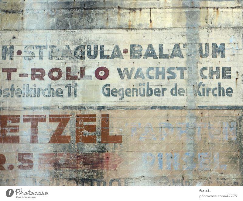 macht keinen Sinn mehr Wand Hochbunker Typographie ausgebleicht Dinge Werbung alte werbung Bunker Schriftzeichen