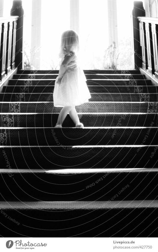 auf der Treppe Mensch feminin Kind Kleinkind Mädchen Kindheit Körper 1 1-3 Jahre Sonne Sonnenlicht Holz Glas drehen leuchten Blick stehen schwarz