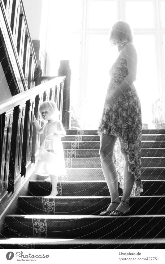 auf der Treppe Mensch Frau Kind weiß Sonne ruhig schwarz Erwachsene Fenster feminin Holz Körper Kindheit Glas warten