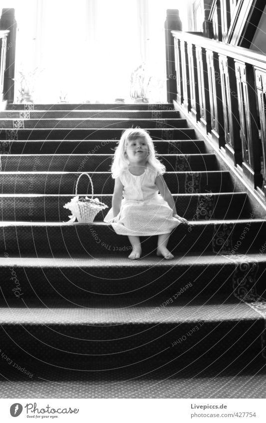 Wann kommt denn das Brautpaar ? Mensch Kind weiß Mädchen schwarz Fenster feminin sprechen Denken Körper Treppe elegant sitzen warten leuchten Freundlichkeit