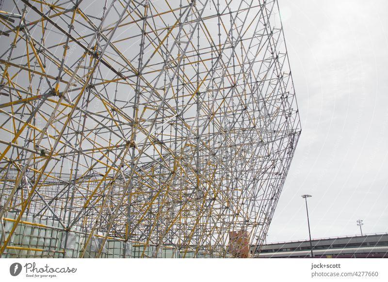 Gerüstwerbung ohne Werbeplanen am Flughafen Tegel Werbefläche Konstruktion Flughafen Berlin-Tegel Statik kreuz und quer Himmel Neutraler Hintergrund komplex