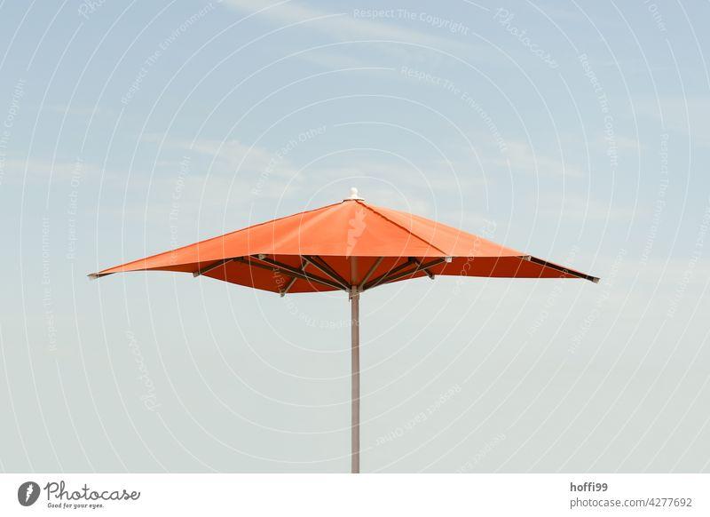 oranger Sonnenschirm vor blauem Himmel Blauer Himmel orange-rot Minimalismus Strand Sommer minimalistisch Urlaubsstimmung Wolkenloser Himmel Sonnenbad ausruhen