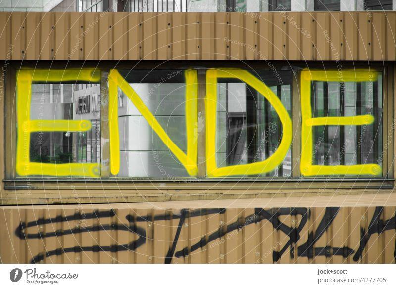 Hier ist definitiv ENDE Schriftzeichen Spray Graffiti Straßenkunst Schmiererei Großbuchstabe Wort Ende Haltestelle Tram Metallverkleidung Fenster