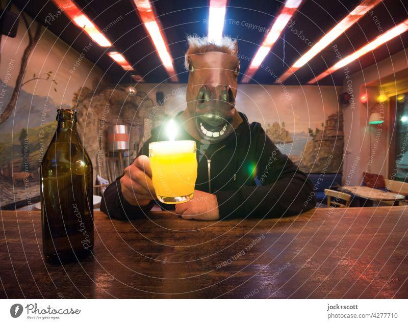 Es trinkt ein Mensch, es säuft ein Pferd, beim Biere ist es umgekehrt Bierflasche lustig Kneipe Alkoholsucht Identität Sucht Pferdekopf Phantasie Alkoholisiert