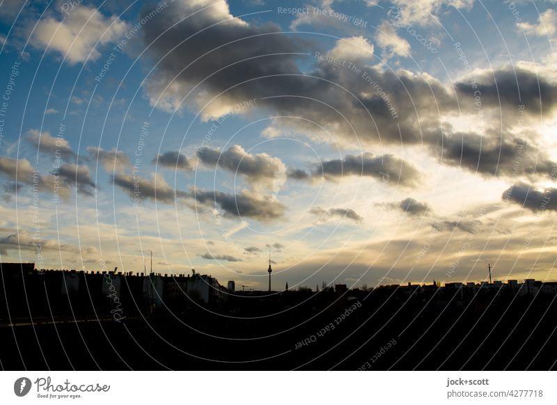 Abendhimmel mit Wolken über einer großen Stadt Berlin Himmel goldene Stunde Sonnenuntergang Natur Sonnenlicht Silhouette Berliner Fernsehturm Hintergrundbild