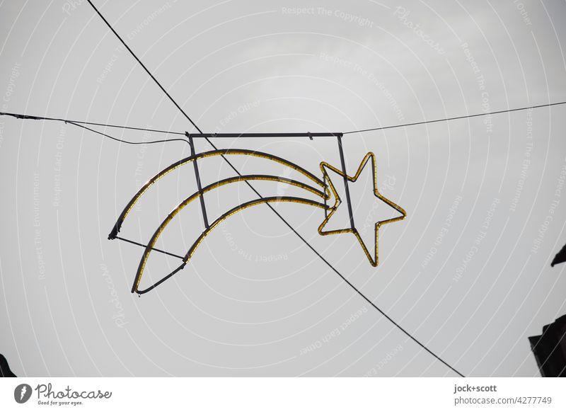 Kleiner Schweif + Stern in Auszeit Wolkenloser Himmel hängen Weihnachtsstern Straßenkunst Strukturen & Formen Hintergrund neutral Silhouette