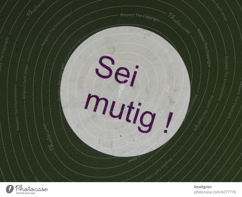 Sei mutig! Mut Aufkleber Schilder & Markierungen Hinweisschild Hintergrund neutral Aufforderung Schriftzeichen Menschenleer Farbfoto Buchstaben Typographie