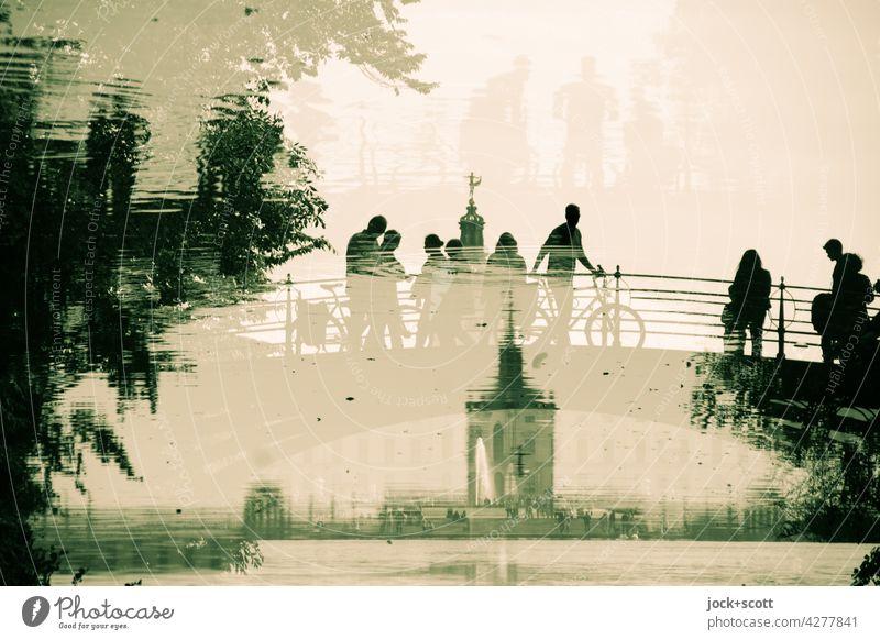 Brücke + Besucher am Schloss im Teich Reflexion & Spiegelung Silhouette Park Inspiration Doppelbelichtung fantastisch Architektur Sightseeing außergewöhnlich