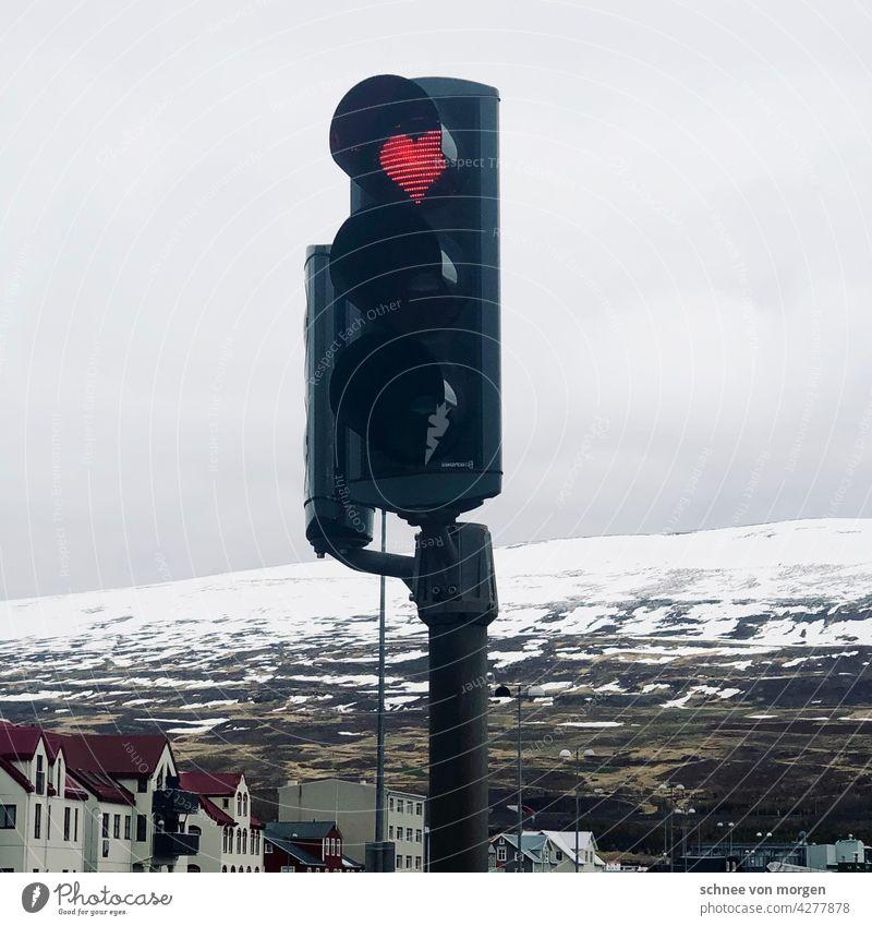 Herz in Ampel Akureyi Island Winter Schnee Berge Urlaub Berge u. Gebirge Außenaufnahme Farbfoto Landschaft Natur Menschenleer Abenteuer Tourismus Ferne Eis