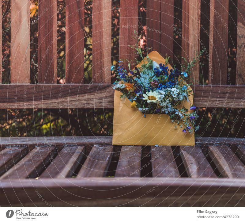 Blumengrüsse hinterlassen auf einer Bank in einem Briefumschlag Garten Farbfoto Frühling Außenaufnahme Blühend Nahaufnahme