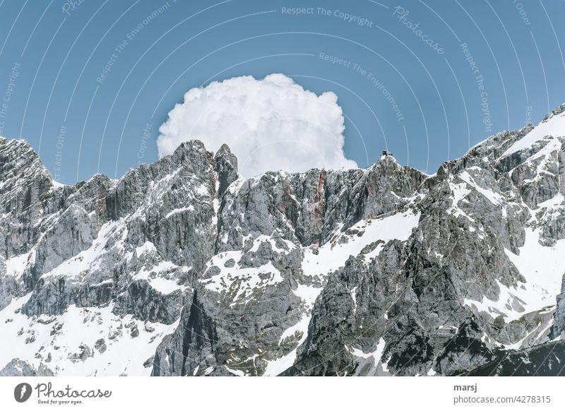 Hinter den Dirndln braut sich eine Wolke zusammen. Rechts der Hunerkogel, Bergstation der Dachsteinseilbahn. Felsen Alpen Berge u. Gebirge Gipfel