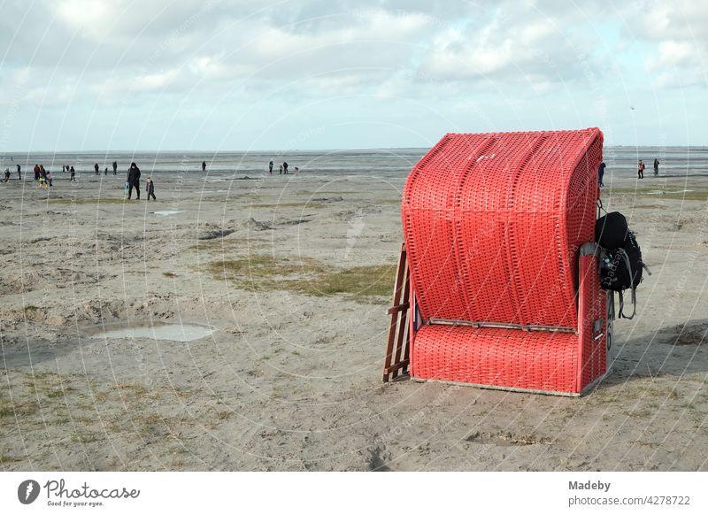 Einsamer roter Strandkorb am Strand von Bensersiel an der Küste der Nordsee bei Esens in Ostfriesland Herbst Sand Jahreszeit Nordseeküste Spaziergang Watt Ebbe