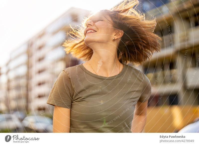 Porträt einer lächelnden rothaarigen Frau in der Stadt Park Natur grün Frühling rote Haare Rotschopf sonnig Behaarung außerhalb hübsch Mädchen Person