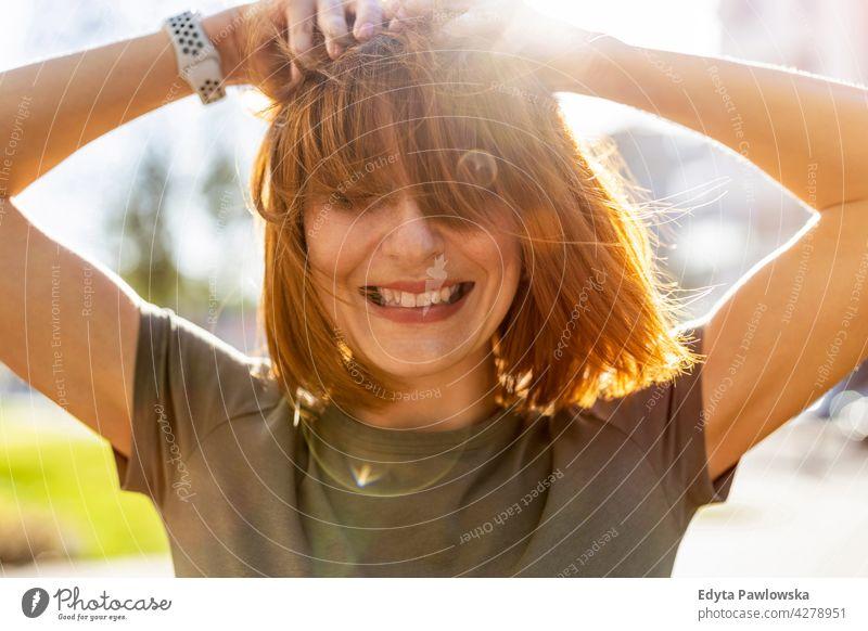 Porträt einer schönen glücklichen Frau im Freien Park Natur grün Frühling rote Haare Rotschopf sonnig Behaarung außerhalb hübsch Mädchen Person Erwachsener