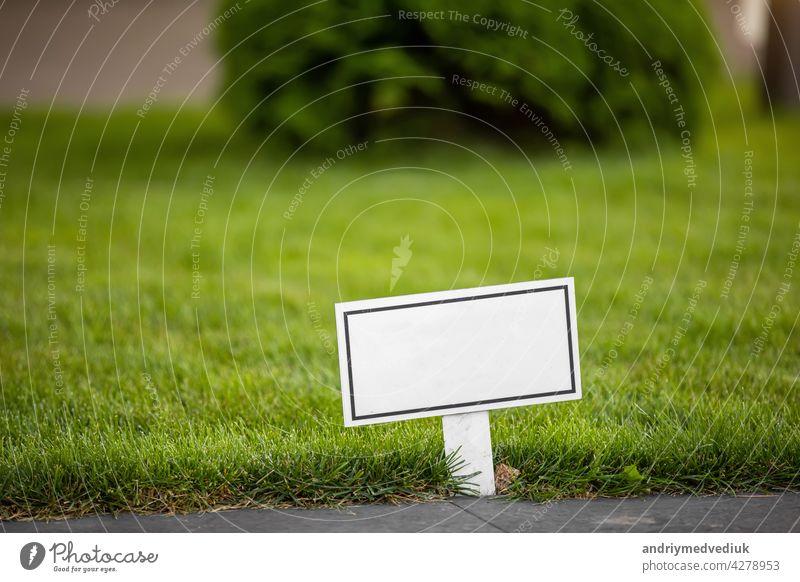 leeres leeres Schild mit Platz für Text - Foto. Gras Zeichen Rasen grün Park blanko Garten Ermahnung Aushang Natur aus Öffentlich aufbewahren Feld Pinnwand
