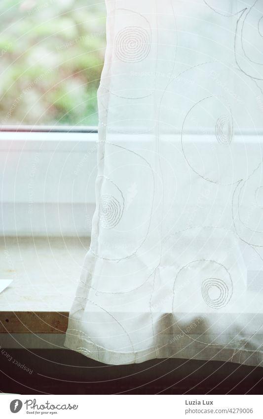 Am Fenster: Blick durch eine zarte Gardine ins Grüne, auf dem Fenstersims liegt ein Zettel Vorhang Blick aus dem Fenster Frühling Frühsommer hell freundlich