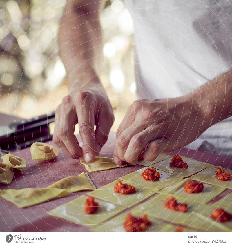 Tortellini selbstgemacht Hand Lebensmittel genießen Kochen & Garen & Backen Küche Gastronomie Backwaren Nudeln Teigwaren Produktion Slowfood Füllung