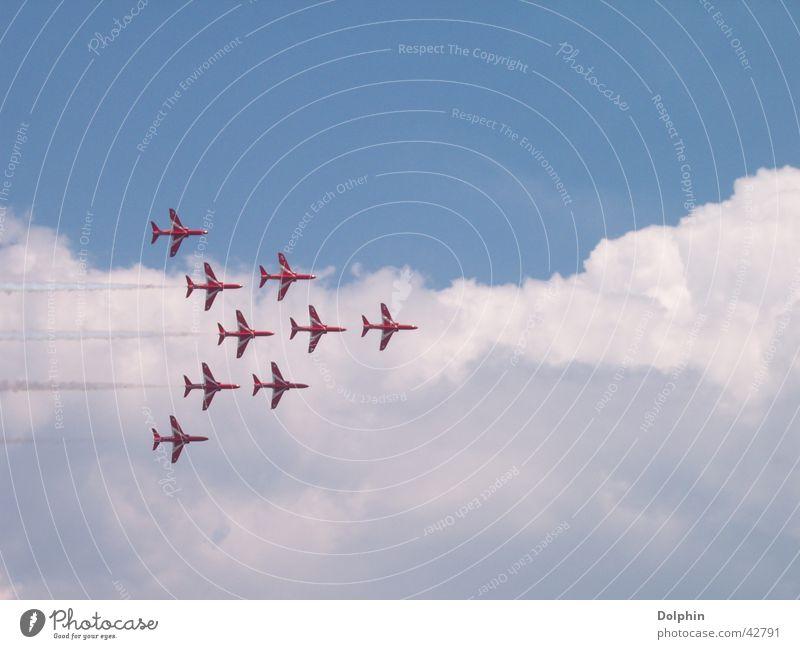 Red Arrows 05 Wolken Flugzeug Luftverkehr Formation Großbritannien Flugschau