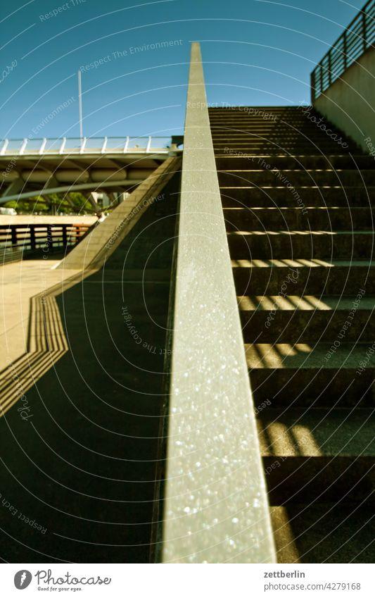 Treppen, Schatten, Brücke abend architektur bahnhof berlin bundeskanzleramt büro city deutschland dämmerung froschperspektive hauptbahnhof hauptstadt haus
