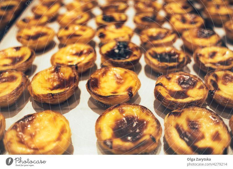 Portugiesische Nachspeise - Pastel de nata. Kuchen Belem Vanillepudding Torte Ei Pastell Dessert Lissabon Gebäck Portugal Werkstatt Fenster Pastel de Nata