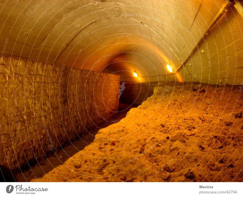 Tunnel Durchgang Architektur Tunnelgang Kellergewölbe Weg in die Dunkelheit enger Weg