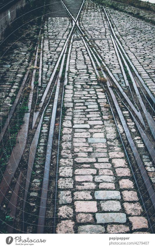 Gleise/Schienen mit Kopfsteinpflaster Schienenverkehr Schienennetz Schienenbett Zug Verkehr Verkehrswege Eisenbahn Bahnfahren Außenaufnahme Verkehrsmittel