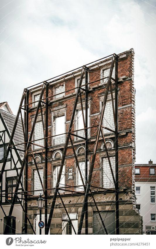 alles nur Fassade - durch eine Stahlkonstruktion gesicherte historische Hauswand Architektur Fenster Gebäude Außenaufnahme Menschenleer Farbfoto Bauwerk Wand